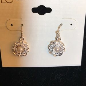 Hanging silver earring w/pearl by lc Lauren Conrad
